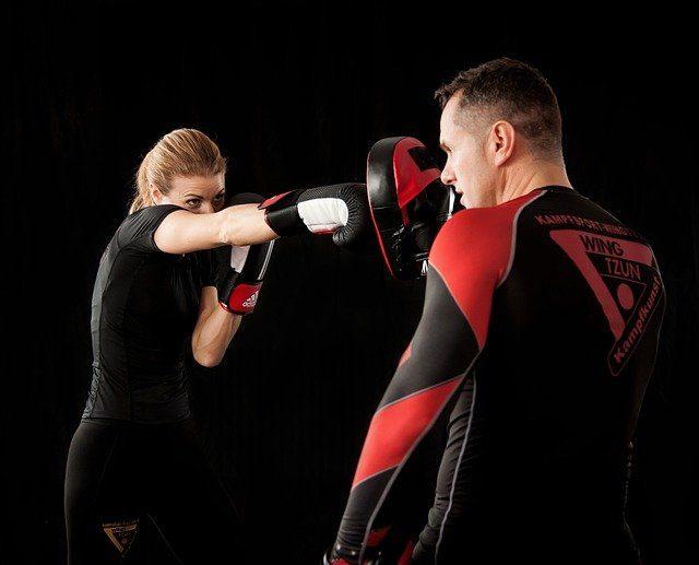 entrainement avec patte d'ours boxe femme